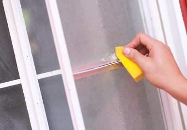 Как можно очистить скотч от пластикового окна: обзор эффективных средств в Кирове